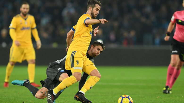 NAPLES, ITALY - DECEMBER 01: Player of SSC Napoli Jorginho vies with Juventus player Miralem Pjanic during the Serie A match between SSC Napoli and Juventus at Stadio San Paolo on December 1, 2017 in Naples, Italy.  (Photo by Francesco Pecoraro/Getty Images)