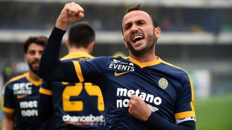 VERONA, ITALY - OCTOBER 22:  Giampaolo Pazzini of Hellas Verona celebrates his first goal during the Serie A match between AC Chievo Verona and Hellas Verona FC at Stadio Marc'Antonio Bentegodi on October 22, 2017 in Verona, Italy.  (Photo by Pier Marco Tacca/Getty Images)