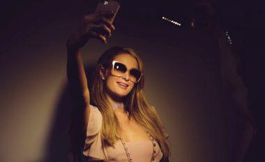 Paris Hilton provokon fansat në rrjetet sociale