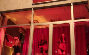 Ky është mesazhi nga ''femrat e zhveshura në vitrina në Shkup'' (Video)