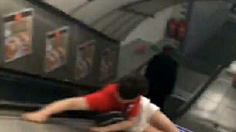 Rrëshqitja në pjesën anësore të shkallëve lëvizëse, e la me dhimbje të mëdha (Video)