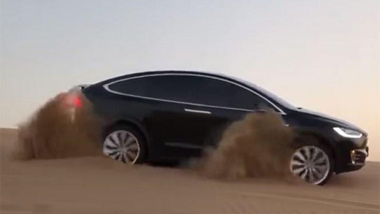 Tesla Model X nuk e ka problem të shpejtojë nëpër dunat e shkretëtirës (Video)