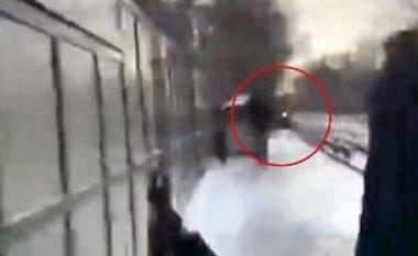 Teksa treni po afrohej, të pranishmit shpëtojnë personin që kishte humbur ndjenjat mbi binarë (Video)