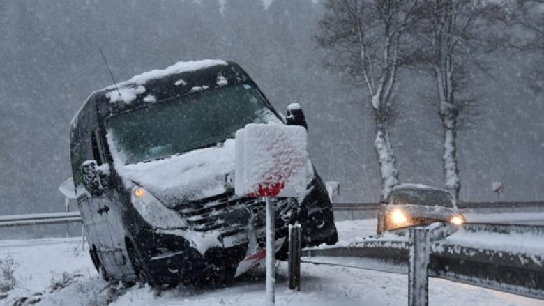 Stuhitë e borës në Gjermani shkaktojnë kaos në trafik