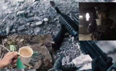 Të shtëna armësh gjithandej, ushtari ka një tjetër hall – ta shpëtojë filxhanin e mbushur me kafe (Video)