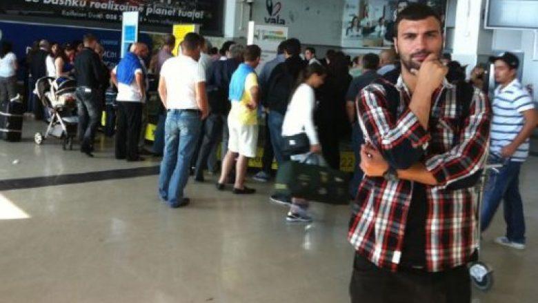 Ledri Vula xhirohet duke u puthur me një femër në aeroport (Video)