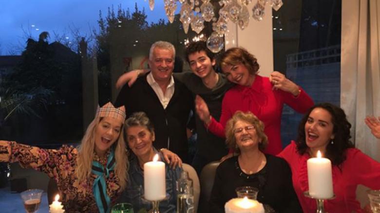 Rita Ora në gjirin famijar për festat e fundvitit (Foto)
