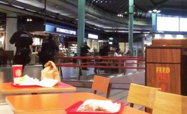 Situatë e tensionuar në aeroportin e Amsterdamit: Po kërcënonte me thikë, i dyshuari qëllohet me armë nga policia (Video)