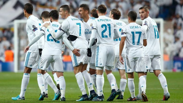 MADRID, SPAIN - DECEMBER 06:  Cristiano Ronaldo of Real Madrid celebrates after scorng his sides sec ond goal with his Real Madrid team mates during the UEFA Champions League group H match between Real Madrid and Borussia Dortmund at Estadio Santiago Bernabeu on December 6, 2017 in Madrid, Spain.  (Photo by Gonzalo Arroyo Moreno/Getty Images)