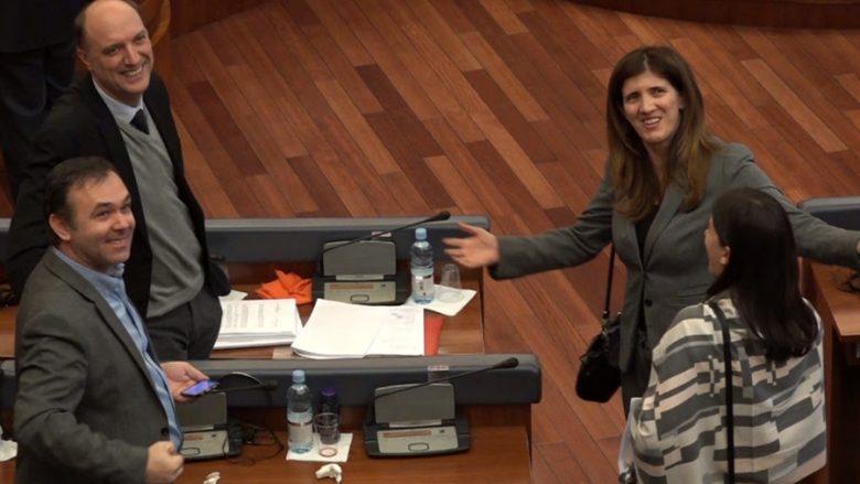 """Ganimete Musliu """"lidh paqe"""" me deputetët e Vetëvendosjes (Video)"""