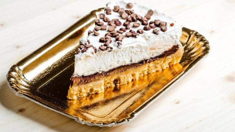 Ëmbëlsirë trengjyrëshe pa e pjekur: Desert i lëngshëm dhe i shijshëm sipas recetës së gjyshes!