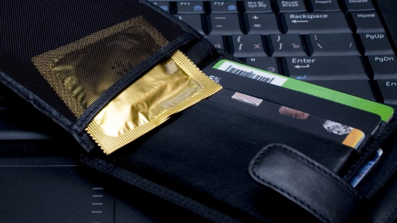 Gjithmonë kontrollojeni afatin e skadimit të prezervativit, dhe asnjëherë mos e mbani në kuletë