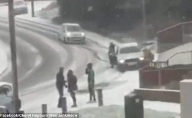 Humb kontrollin mbi timonin në rrugën e mbuluar me akull, godet kalimtaren e rastit - shpëton mrekullisht (Video, +18)