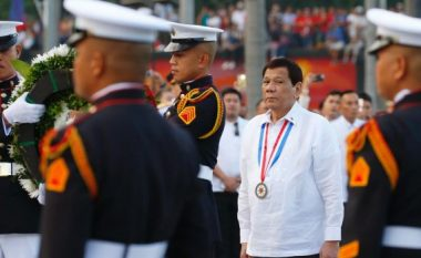 Duterte, ushtarëve: Nëse bëhem diktator, më qëlloni për vdekje