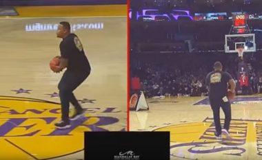 Tifozi i LA Lakers shënon nga gjysma e fushës, fiton 100 mijë dollar (Video)