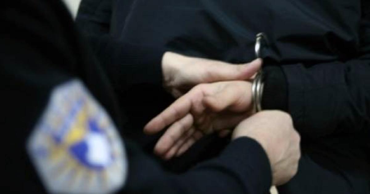 Policia arreston dy persona nën dyshimin e përfshirjes së tyre në veprat penale 'falsifikim i dokumenteve' dhe 'mashtrim'