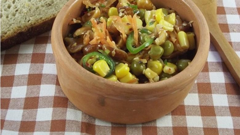 Sallatë me misër, bizele, kikirikë dhe susam