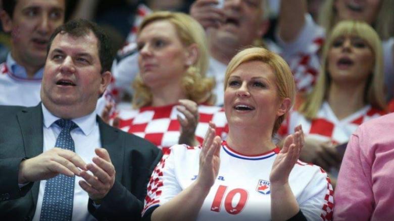 Kroacia gjunjëzon Serbinë, presidentja kroate pushton zemrat e tifozëve (Foto)
