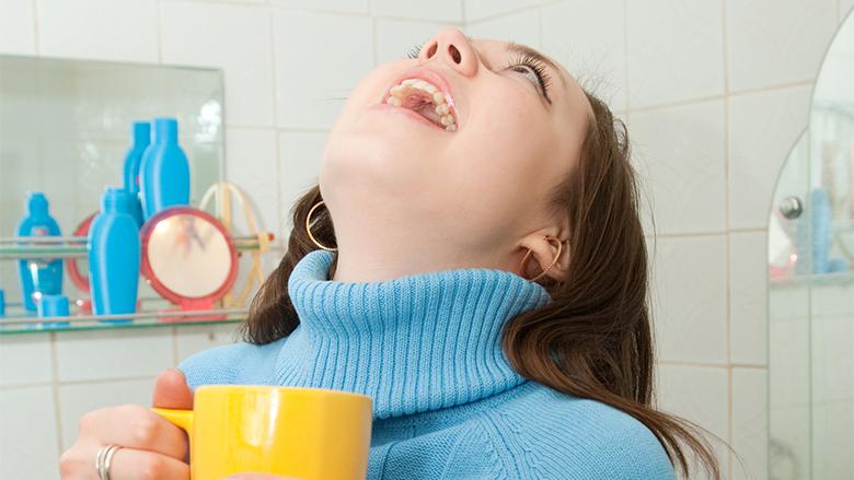 Gargarisni gojën me çaj, për të pasur dhëmbë më të pastër