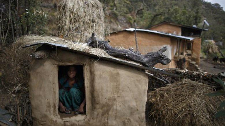 Detyrohen të largohen nga shtëpitë gjatë ciklit menstrual, vdes një grua nga zjarri që ndezi për tu ngrohur (Foto)