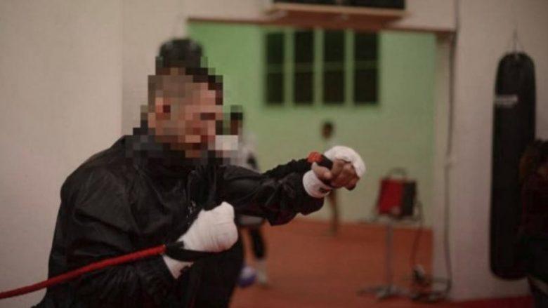 Kik-boksieri kosovar i theu kafkën vajzës së vet, dënohet me burg