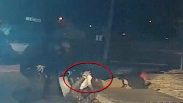 Momenti kur policia qëllon për vdekje 17-vjeçarin (Video)