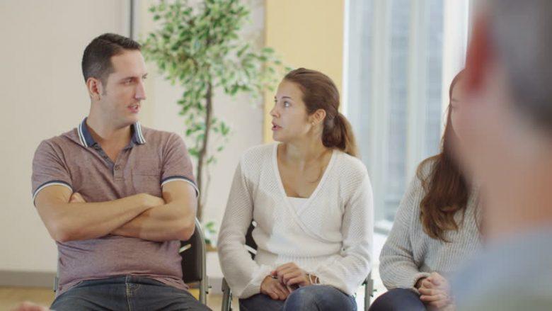 Për çdo gjë ekziston vendi dhe koha: Çfarë nuk duhet të bëjnë kurrë çiftet para miqve dhe në publik!