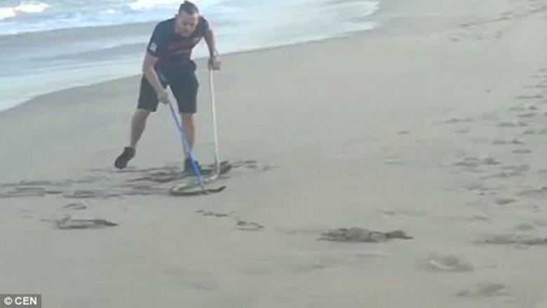Doli për vrapim në plazh në orët e para të mëngjesit, i riu hasi në gjarprin më vdekjeprurës (Video)