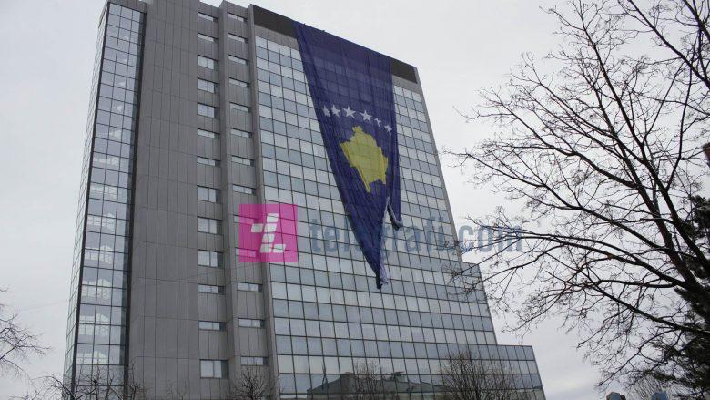 Rivendoset flamuri gjigant në ndërtesën e Qeverisë (Foto/Video)