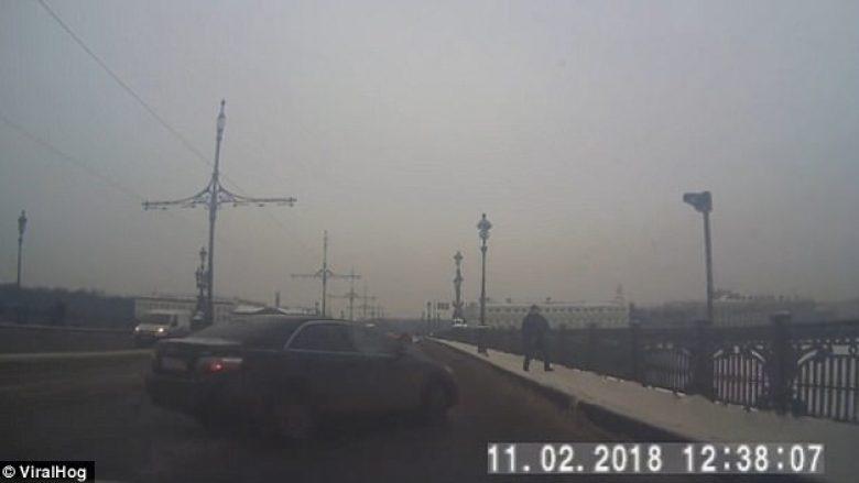"""Shoferi humb kontrollin mbi timonin dhe """"niset"""" drejt këmbësorit, trotuari ia shpëton jetën (Video)"""