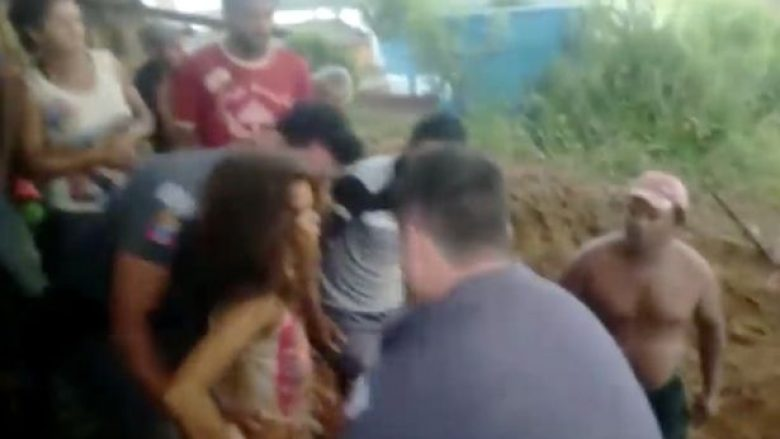 Nëntëvjeçarja ngec në gropën me lloç dhe mezi merr frymë, policia e shpëton në momentet e fundit (Video)