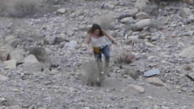 I mbijeton rrëzimit të helikopterit, gruaja filmohet duke dalë nga rrënojat e fluturakes së përfshirë nga flaka (Foto/Video)