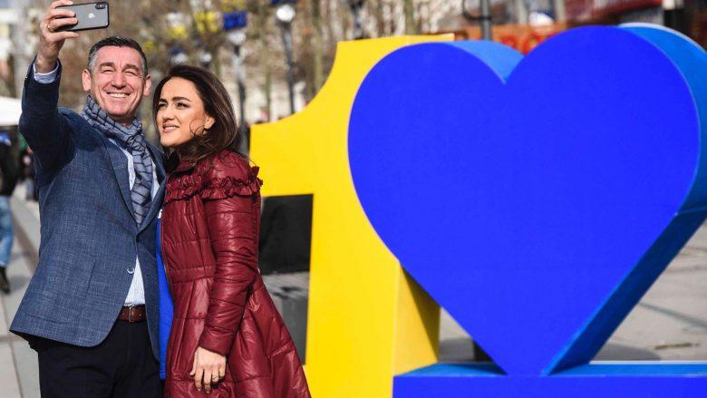 Kadri Veseli del në shesh me gruan për Shën Valentin, bën dedikim të veçantë për Violetën dhe Kosovën