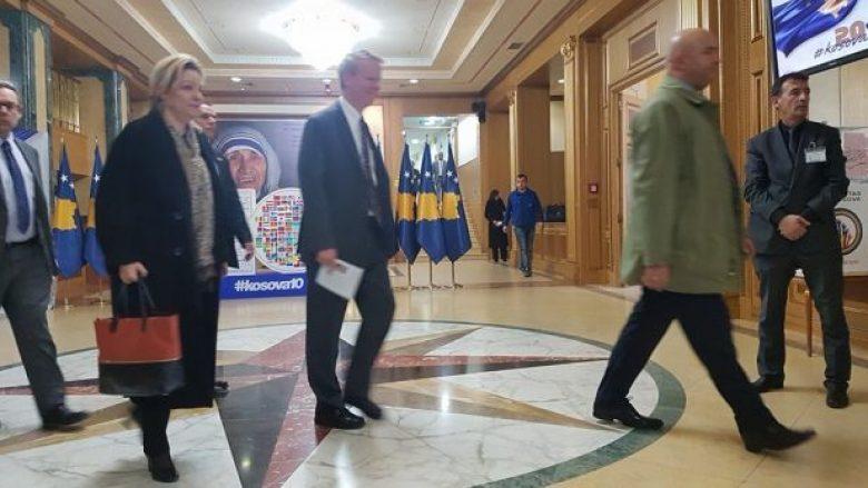 Mos ratifikimi i demarkacionit, Aposotolova e Delawie në takim me deputetët e LDK-së