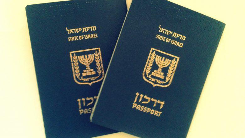 """Nervozohet me policinë kufitare kiliane, i vizatuan në pasaportë penisin dhe mbishkrimin """"Rroftë Palestina"""" – pretendon se ia bën vetëm pse """"është hebre"""" (Foto)"""