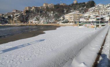 Bora zbukuron edhe plazhin e Ulqinit (Foto)