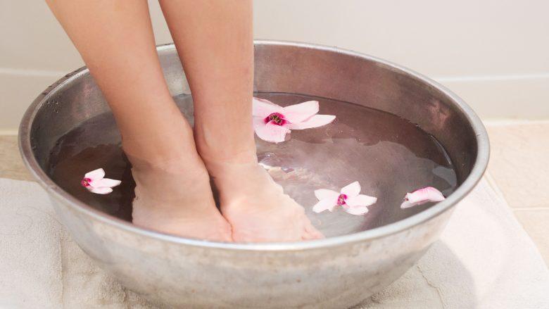 Shkrije kripën në ujë dhe zhyti shputat: Terapi e lirë dhe e magjishme e mjekësisë kineze kundër sëmundjeve