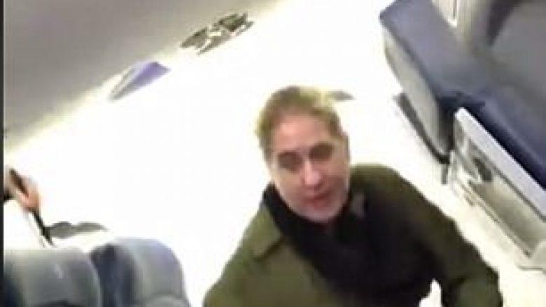 Ankohej vazhdimisht dhe kërcënon stafin, udhëtarja përjashtohet prej aeroplanit (Video)