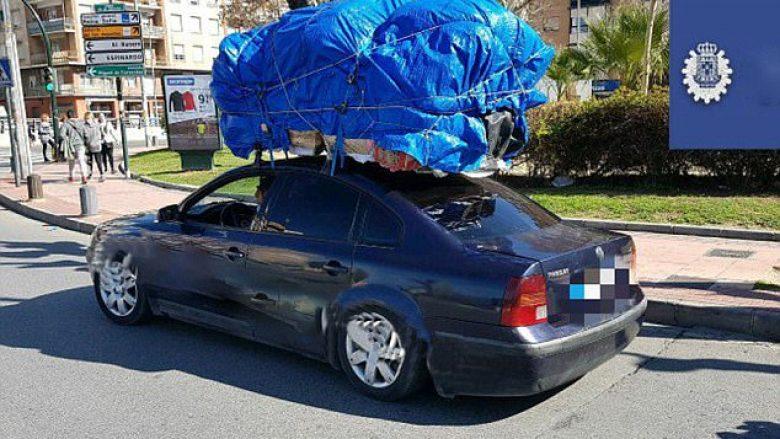 Gjatë kontrollit të veturës së mbingarkuar, gjendet edhe një dyvjeçare e mbuluar me gjësende (Foto)