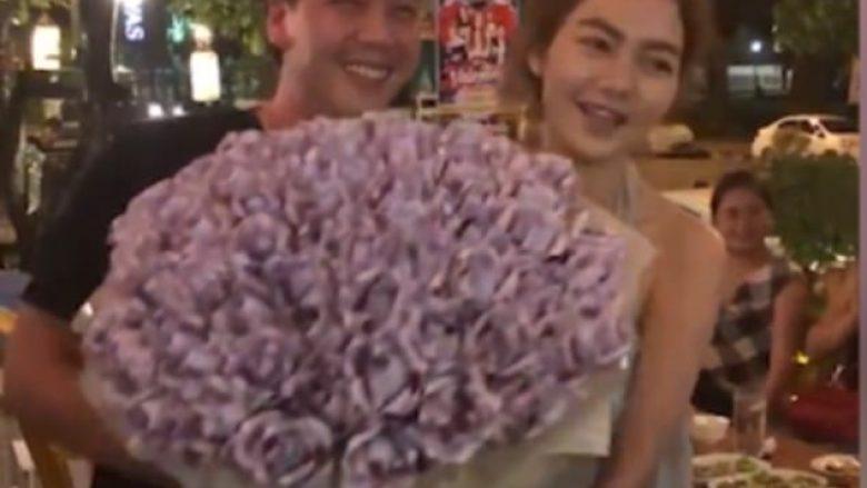 Kërkoi dhuratë burrërore, e dashura i dhuroi një buqetë plotë para (Video)