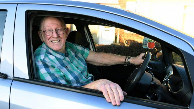 Mëson vozitjen në moshën 79-vjeçare, për ta dërguar bashkëshorten në spital (Foto)