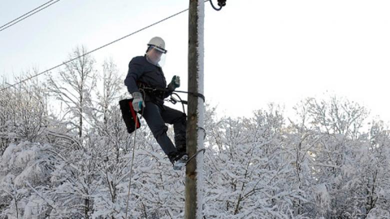 Reshjet e borës shkaktojnë probleme me energjinë elektrike në Maqedoni