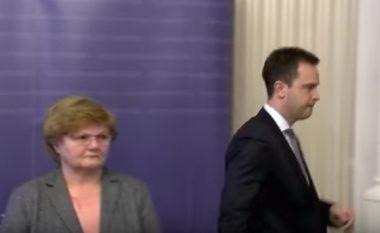 """Shkak """"dështimet e qeverisë"""", zyrtari kroat jep dorëheqje - largohet nga konferenca për shtyp, lë të habitur edhe ministren (Video)"""
