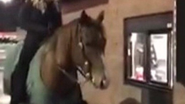 Shkon me kalë për të blerë pije në lokalin e ushqimeve të shpejta (Video)