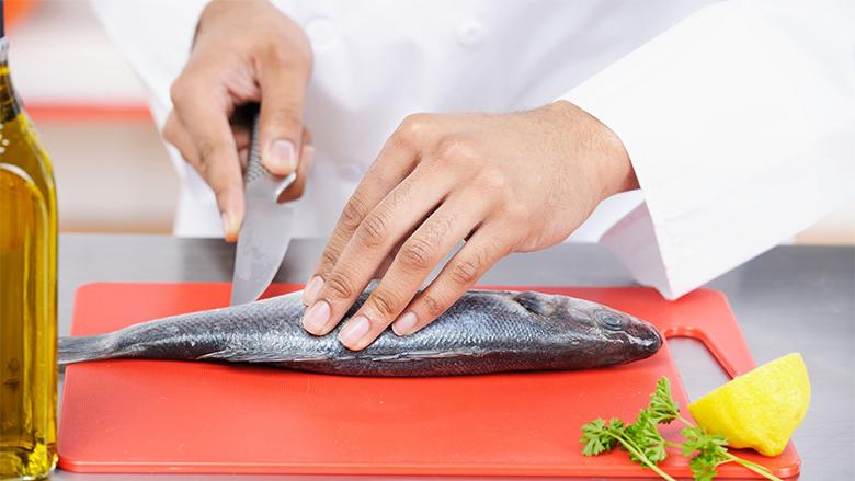 Si ta pastroni peshkun dhe filetat për tre minuta (Video)