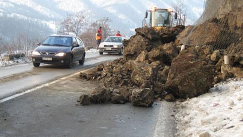 Rrëshqitje e dheut në rrugën Tetovë-Kodra e Diellit, komunikacioni zhvillohet në njërën korsi