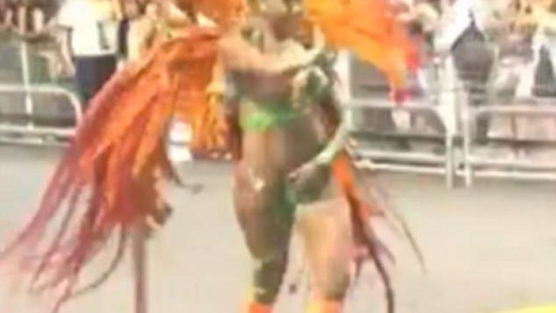 Valltares së karnavalit i shqyhet kostumi, i zbulon pjesën intime (Video)