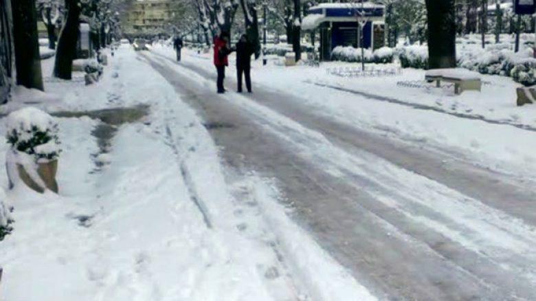 Rrugë e fshatra të bllokuara në Shqipëri