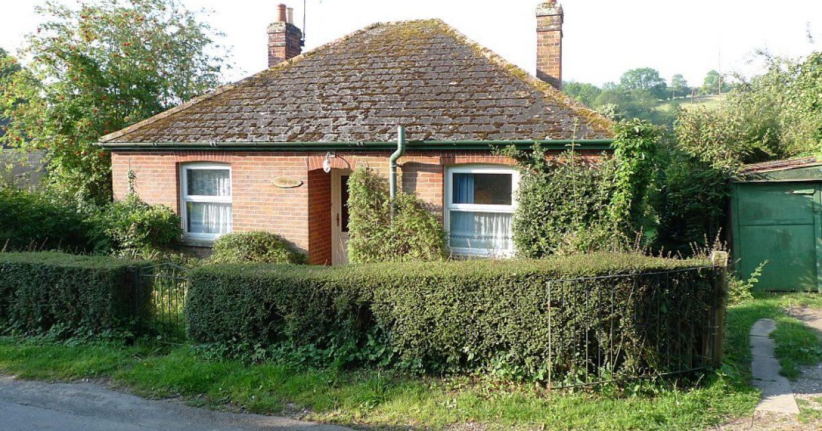Duket si një shtëpi njëkatëshe e vogël nga përpara  por ka  një surprizë të fshehur  prapa   tanimë është vënë në shitje për 1 1 milion dollarë