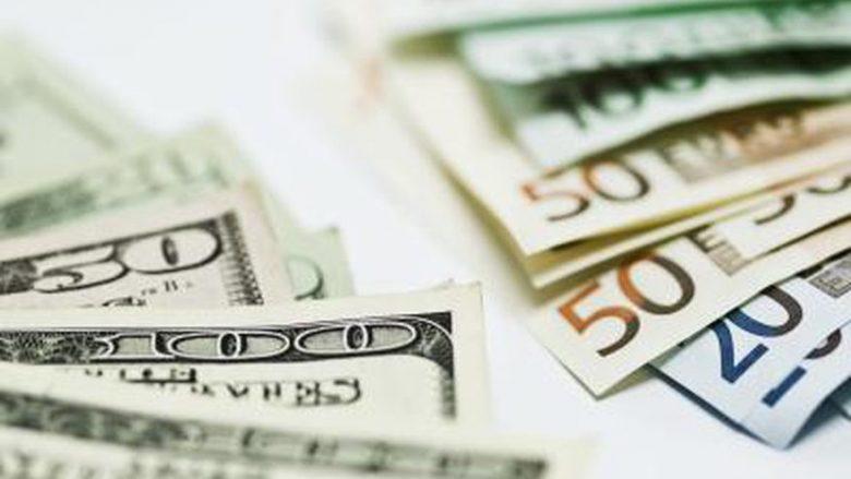 Euro forcohet kundrejt dollarit amerikan
